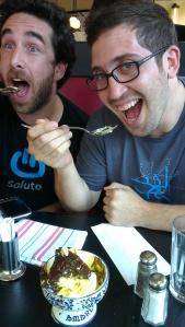 דן ואמיר מדגמנים גלידה עם חיוך